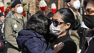 Η χήρα του Λούκα Ατανάσιο κρατώντας αγκαλιά ένα από τα τρία παιδιά τους