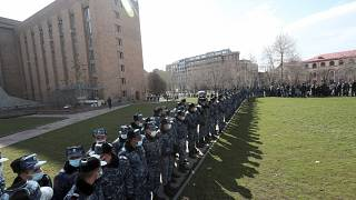 Полиция защищает здание правительства во время акции протеста в Ереване 23 февраля 2021