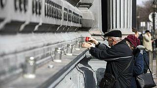 Velas en el Muro de los Héroes frente al Museo de la Casa del Terror para rendir su homenaje con motivo del Día de la Memoria de las Víctimas del Comunismo