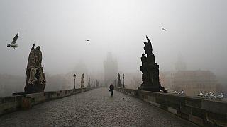 Üres a máskor turistáktól zsúfolt Károly híd Prágában