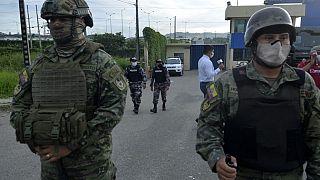 Soldados de guardia fuera de la prisión de Guayaquil, Ecuador