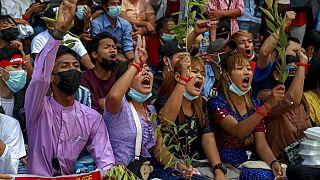 Διαδηλωτές κατά της χούντας στην Γιανγκόν