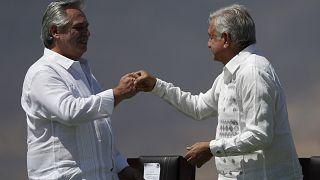 Alberto Fernández y Andrés Manuel López Obrador chocan sus puños durante la ceremonia de conmemoración de los 200 años del Plan de Iguala.