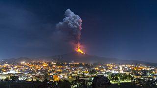 شاهد: بركان إتنا يقذف سيلا من الحمم البركانية في صقلية والسلطات تؤكد عدم وجود خطورة على السكان