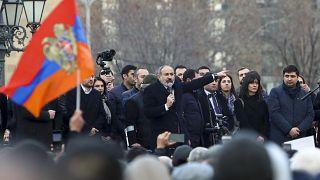 نیکول پاشینیان در جمع هوادارانش سخنرانی میکند