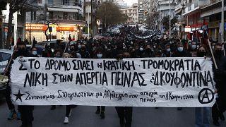 Διαδηλωτές πραγματοποιούν συγκέντρωση και πορεία αλληλεγγύης στον απεργό πείνας και καταδικασμένο για την συμμετοχή του στην τρομοκρατική οργάνωση 17 Νοέμβρη Δημήτρη Κουφοντί