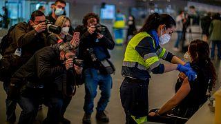دریافت واکسن در فرودگاه مادرید اسپانیا
