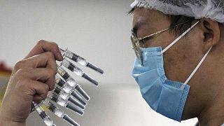 Çin, CanSino ve Sinopharm adlı iki yeni Covid-19 aşısının kullanımına onay verdi.