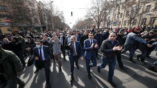 Никол Пашинян во главе шествия в его поддержку в Ереване 25 февраля 2021