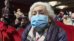 Vaccini: a Madrid gli anziani vaccinati sono tornati finalmente a teatro