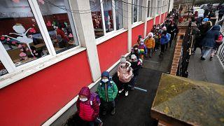Kisiskolások Romániában 2021 februárjában