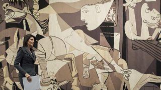 La entonces embajadora de EEUU ante la ONU, Nikki Haley, delante del tapiz del Guernica, Nueva York 2/1/2018