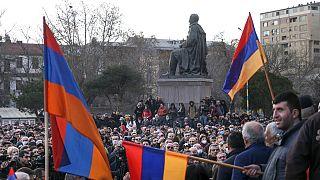 Manifestantes de la oposición en las calles de Ereván