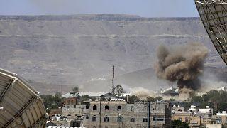 بعد غارة جوية شنها التحالف بقيادة السعودية على قاعدة عسكرية في صنعاء، اليمن.