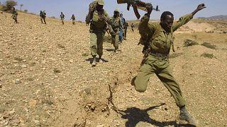 الجنود الإثيوبيون يغادرون بلدة سينافي الإريترية في 20 شباط / فبراير 2001. القوات الإثيوبية تغادر إريتريا بعد أربع سنوات من الحرب.