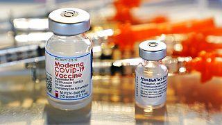 A Moderna és a Pfizer-BioNTech vakcinája egymás mellett