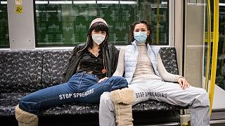 Elena Buscaino und Mina Bonakdar in der U-Bahn