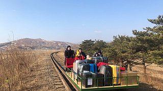 Kuzey Kore: Rus diplomatlar ülkelerine dönmek için tren yolunda elle itilen drezin kullandı