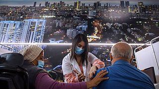 Άντρας κάνει το εμβόλιο στο Τελ Αβίβ