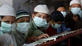 Koránt olvasó gyerekek a pakisztáni Karacsi egyik iskolájában