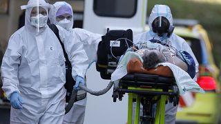 ممرضون ينقلون مصاب كوف��د -19 إلى مستشفى موتول في براغ، جمهورية التشيك.