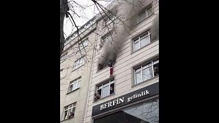 أم تنقذ طفليها من حريق برميهما من نافذة  الطابق الرابع - اسطنبول تركيا