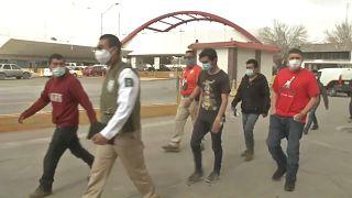 Un grupo de solicitantes de asilo cruza la frontera entre México y Estados Unidos