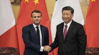 الرئيس الفرنسي إيمانويل ماكرون يصافح الرئيس الصيني شي جينبينغ في قاعة الشعب الكبرى في بكين، الصين 2019.