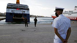 Περιμένοντας τα πλοία να σαλπάρουν στο λιμάνι του Πειραιά