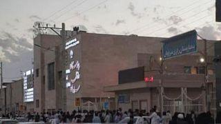 بستگان مجروحان تیراندازی دوشنبه و برخی معترضان در برابر بیمارستان سراوان