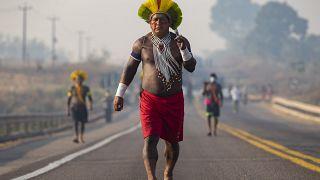 Kayapó indiánok tiltakoznak egy országút elfoglalásával a brazíliai Novo Progresso közelében 2020. auguszts 17-én