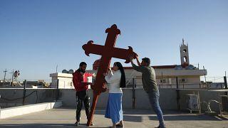 Iraki keresztények keresztet állítanak Qaraqosh városában, február 22-én