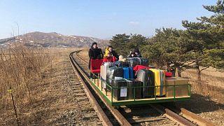 دبلوماسيون روس يغادرون كوريا الشمالية بواسطة عربة سكة حديد بدفع يدوي