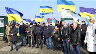 Menschen erinnern an die Annexion der Krim