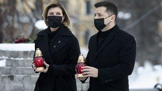 El presidente ucraniano Volodímir Zelenski y su esposa presentan sus respetos a las víctimas del Maidán en la Plaza Independiente en Kiev, Ucrania, el 20 de febrero de 2021.