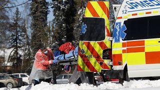 موظفون طبيون ينقلون مصاب يكورونا إلى سيارة إسعاف في تشيب، جمهورية التشيك