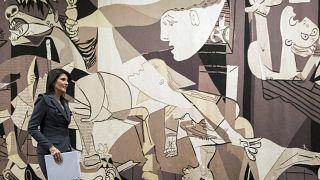 منسوجة كبيرة تمثل لوحة غيرنيكا لبيكاسو - مدخل مجلس الأمن التابع للأمم المتحدة