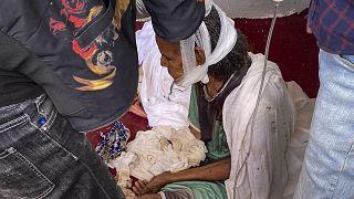 Etiyopya'nın Tigray bölgesindeki Aksum şehrine kaçan yaşlı bir kadın