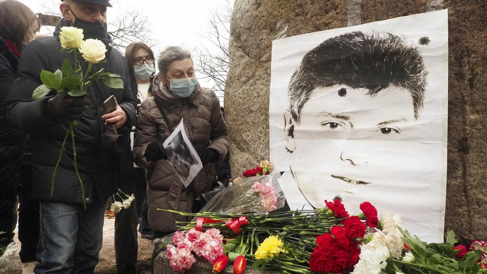 Boris Nemtsov: Thousands pay tribute on sixth anniversary of murder