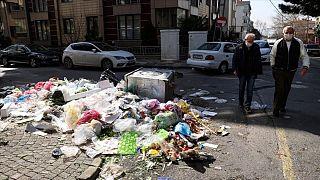 Maltepe Belediyesi'ndeki işçi grevi sonrası ilçe sokaklarında çöp yığınları oluştu.
