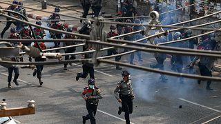 ميانمار: الشرطة تطلق الرصاص المطاطي لتفريق المحتجين.