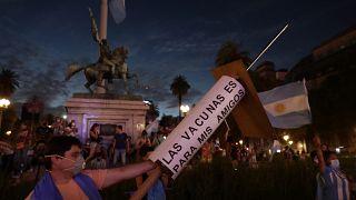 تظاهرات ضد حكومة الرئيس ألبرتو فرنانديز، بعد فضيحة التمييز في توزيع لقاح فيروس كورونا