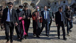 رئيس أساقفة الموصل والأب رائد عادل ومحافظ نينوى يرافقون أعضاء القافلة البابوية خلال زيارتهم إلى  الموصل شمال العراق، استعداداً لزيارة البابا فرانسيس