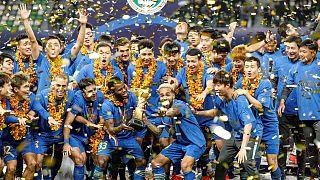 Tarihinde ilk kez Çin Süper Ligi'nde şampiyon olan Jiangsu Futbol Kulübü oyuncuları.