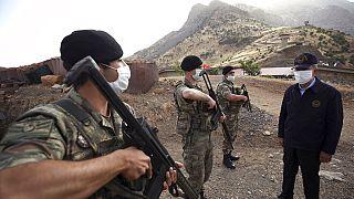 صورة من الارشيف - وزير الدفاع التركي خلوصي أكار  يزور القوات التركية على الحدود مع العراق، في محافظة هكاري، تركيا