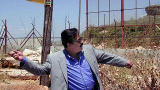 صورة من الارشيف  لممثل المصري يوسف شعبان يلقي حجراً على بوابة فاطمة على الحدود اللبنانية - الإسرائيلية