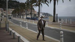 Un résident de la ville de Nice, en France, marche en bord de mer, le 27 février 2021