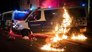 Barcelona'da ateşe verilen polis aracı