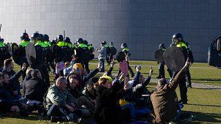 Una protesta contras las medidas sanitarias ocurrida este domingo en Ámsterdam, 28 de febrero de 2021. El Gobierno neerlandés ha sufrido una ola de rechazo por las medidas.