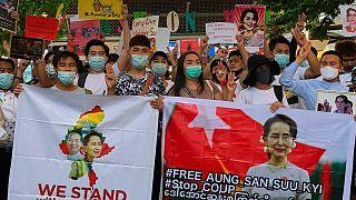 Manifestantes pró-democracia exigem a libertação da Nobel da Paz de 1991